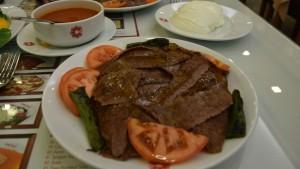 kebab de cordero con salsa de tomate y yo