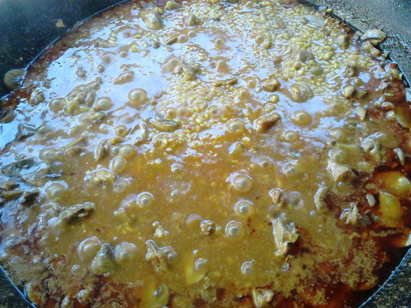 Perol cordobés de arroz con costilla y pollo